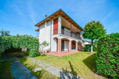 TWO-FAMILY VILLA FOR SALE IN FORTE DEI MARMI, VERSILIA, TUSCANY | Romolini - Christie's
