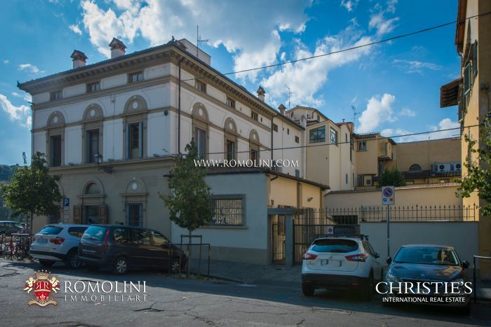 PALAZZO FOR SALE ON THE LUNGARNO WITH 13 APARTMENTS AND PRIVATE PARKING