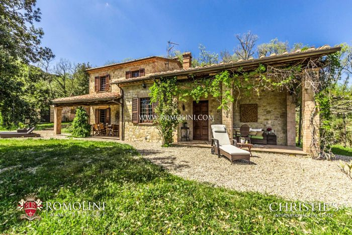 COUNTRY HOUSE WITH OLIVE GROVE FOR SALE IN TODI, UMBRIA