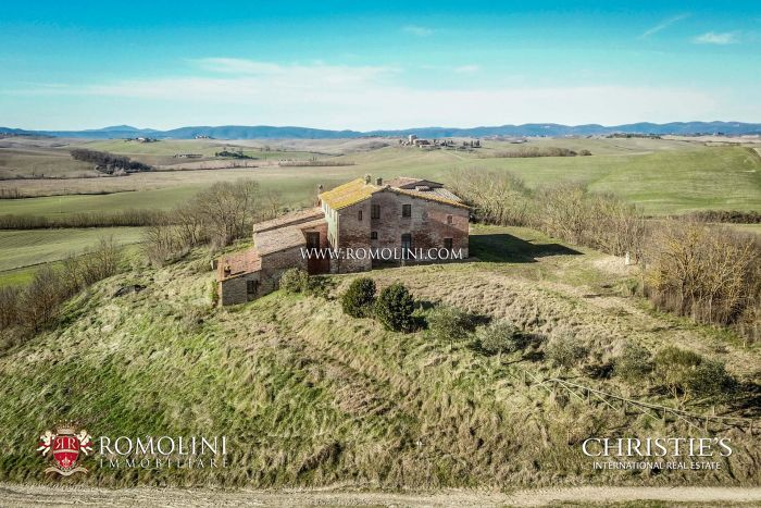 RESTORED COUNTRY HOUSE FOR SALE IN THE CRETE SENESI, TUSCANY