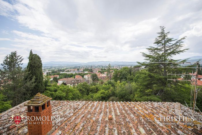 PERIOD VILLA WITH PARK FOR SALE IN SANSEPOLCRO, TUSCANY